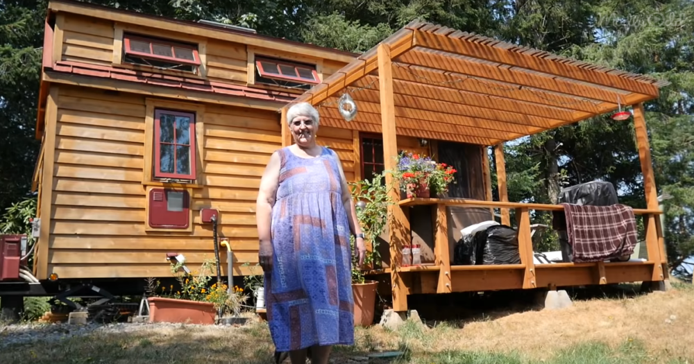 She Retired Into a Tiny House With Her Dog og1