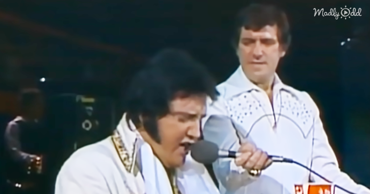44125-OG2-Elvis-Settles-Himself-at-Piano-and-Lets-Loose-With-Unchained-Melody